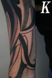 buchstabe tribal tattoo carlos aus tokio4