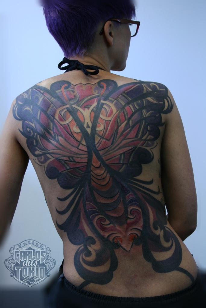 frau rucken tribal tattoo