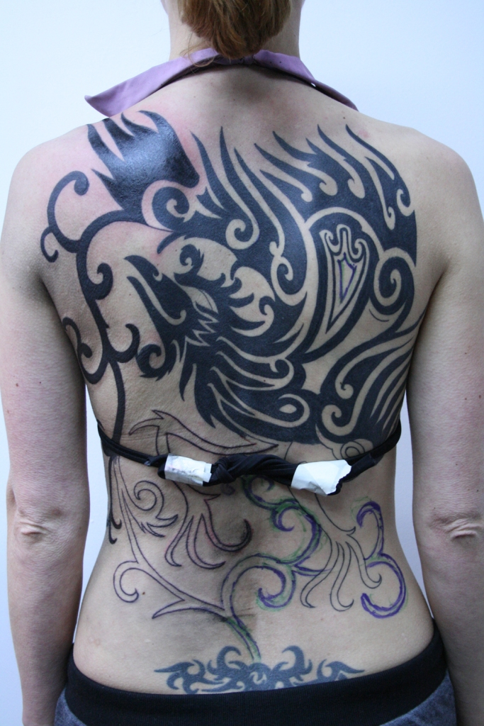 frau rucken tattoo tribal phoenix